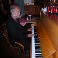 26 P1010788 Bobbi am Klavier