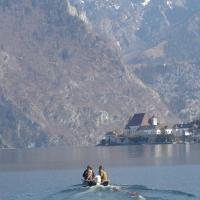 P1010145 Maibaum ueber den See bringen