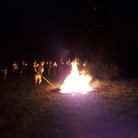 IMG-20190623-WA0025 Peter richtet das Feuer zum Springen