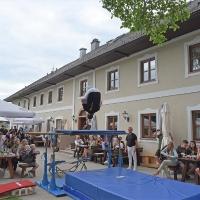 64 NIK_3729_27 Salto im Gastgarten